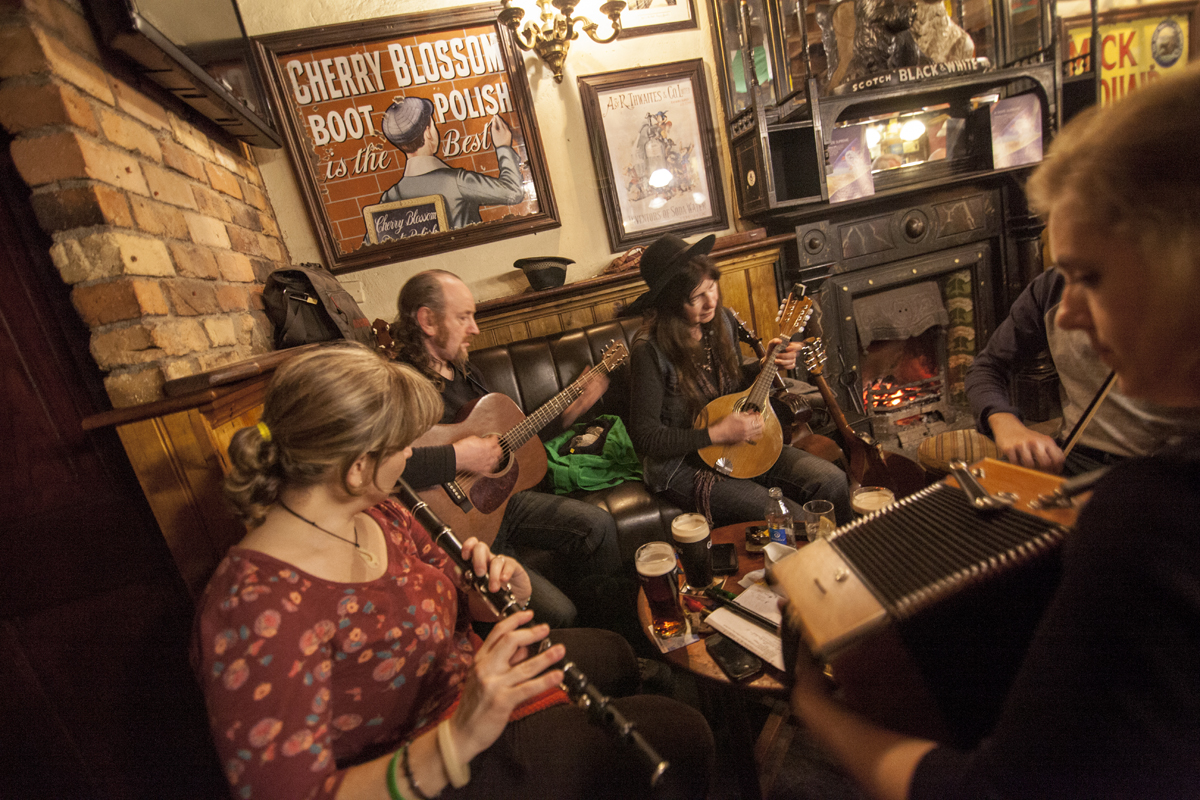 irish traditional music The guardian - back to home  ireland's best pubs and music bars  expect a mix of blaring covers bands sandwiched between traditional irish music sessions,.